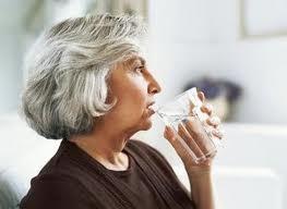 No beber suficiente líquido deteriora la salud y calidad de vida de los mayores