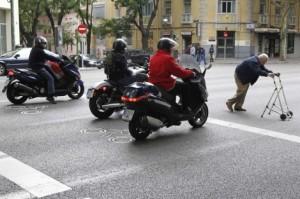 Mayores cruzando la calle