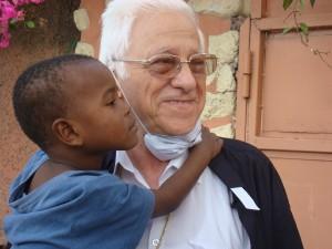 Padre Angel con niño Haiti bj (1)