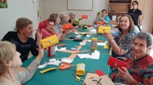 mayores-haciendo-bolsos-con-material-reciclado