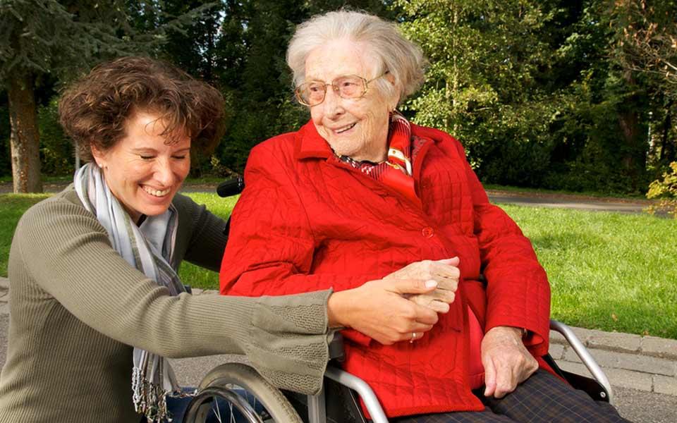 Impulsan en ir n un proyecto pionero de atenci n a mayores for Sillon alto para personas mayores